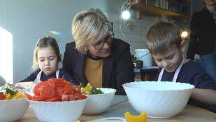 Sachsens Staatsministerin Barbara Kletsch beim kochen in der Kita kreaktiv in Dresden Nickern, © Sachsen Fernsehen