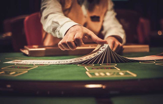 Alt-Tag: Dealer im Casino mischt die Karten, © Nejron Photo 605080553/Shutterstock