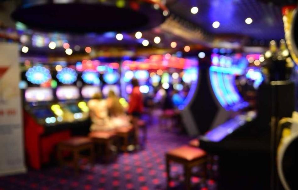 Casinos sind von innen leuchtend eingerichtet, © Igor_Koptilin 537575077/Shutterstock