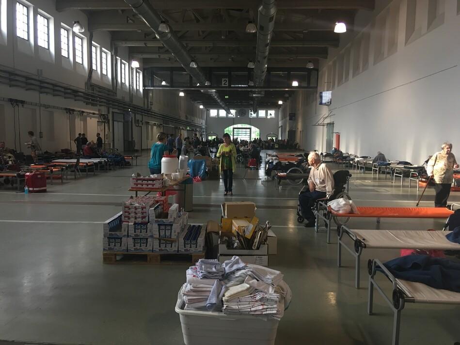 Blick in die Notunterkunft in der Messe Dresden GmbH, © Sachsen Fernsehen